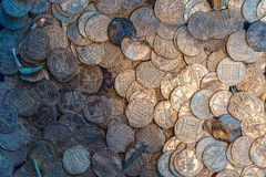 Viele alten mittelalterlichen norwegischen Silbermünzen stockfotos