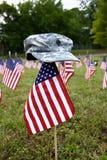 Viele amerikanischen Flaggen und Armeekappe Stockfoto