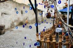 Viele Amulette des blauen türkischen evel Auges auf Baum lizenzfreies stockbild