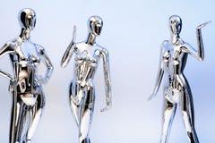 Viele arbeiten glänzende weibliche Mannequins für Kleidung um Metallisches manne Stockfotografie