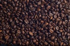 Viele aromatischen Kaffeebohnen Stockfotos