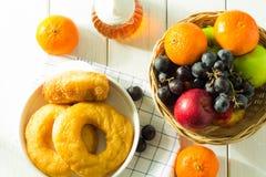 Viele Arten Brot und Frucht stockbilder