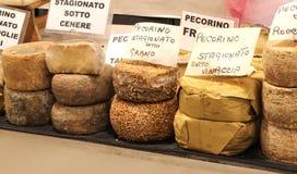 Viele Arten pecorino Käse der Italiener den Käse geschrieben lizenzfreie stockfotos