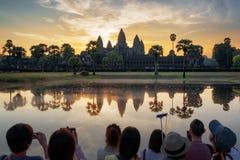 Viele asiatischen Touristen, die Foto von Angkor Wat bei Sonnenaufgang machen lizenzfreies stockbild