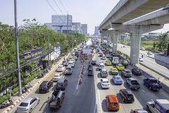 Viele Autos auf der Straße und der Straße wird an der Provinz-Regierungs-Mitteseite Rattanathibet Nonthaburi in Thailand reparier stockbilder