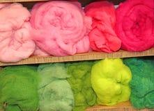 so viele Bälle der Wolle sehr weich und umfangreich Für Verkauf in stockbild