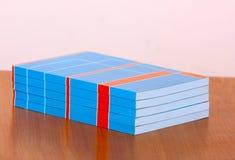 Viele Bücher auf der Tabelle Wissenschaftliche Literatur Lizenzfreie Stockfotos