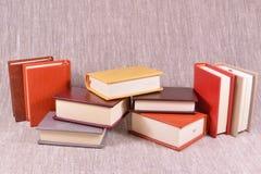 Viele Bücher auf einem Leinenhintergrund Stockfotos