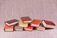 Viele Bücher auf einem Leinenhintergrund Stockfotografie