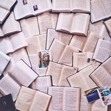 Viele Bücher gelegt aus den Grund Einige Postkarten hier auch Lizenzfreie Stockfotos