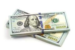Viele Bündel US 100 Dollar Banknoten lokalisiert auf einem weißen Hintergrund Abschluss oben Lizenzfreie Stockbilder