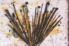 Viele Bürsten, die von der Kunst befleckt werden lizenzfreies stockbild