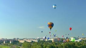 Viele Ballone im Himmel über der Stadt stock footage