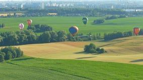 Viele Ballone im Himmel über einem Feld stock video footage