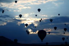 Viele Ballone mit den Leuten, die morgens Himmel in Cappad fliegen Lizenzfreie Stockbilder