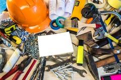 Viele Bauwerkzeuge, Bauzusammensetzungs-Werkzeugkoffer, Arbeitsplan, Elektrowerkzeuge, errichtend Stockfotos