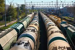 Viele befördern Ölautos an der Station lizenzfreie stockfotos