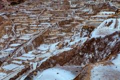 Viele Behälter für Wasserverdampfung zwecks ein Salz Salinen erreichen - Peru Stockfotos