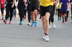 viele Beine von Läufern auf der Straße lizenzfreies stockfoto