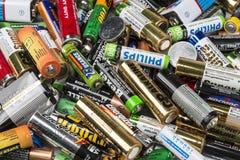 Viele benutzten AA und AAA sortierte Batterien Stockbild