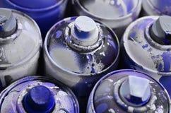 Viele benutzten Spraydosen der Farbennahaufnahme Schmutzige und geschmierte Dosen für zeichnende Graffiti Das Konzept eines ausge Lizenzfreie Stockfotografie