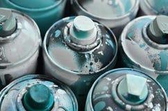Viele benutzten Spraydosen der Farbennahaufnahme Schmutzige und geschmierte Dosen für zeichnende Graffiti Das Konzept eines ausge Lizenzfreie Stockfotos