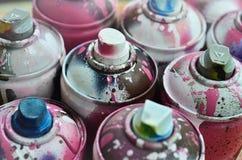 Viele benutzten Spraydosen der Farbennahaufnahme Schmutzige und geschmierte Dosen für zeichnende Graffiti Das Konzept eines ausge Stockfotografie