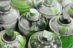 Viele benutzten Spraydosen der Farbennahaufnahme Schmutzige und geschmierte Dosen für zeichnende Graffiti Das Konzept eines ausge Stockfotos