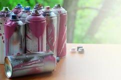 Viele benutzten Spraydosen der Farbennahaufnahme Schmutzige und geschmierte Dosen für zeichnende Graffiti Das Konzept eines ausge Stockbild