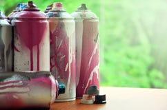 Viele benutzten Spraydosen der Farbennahaufnahme Schmutzige und geschmierte Dosen für zeichnende Graffiti Das Konzept eines ausge Lizenzfreies Stockbild