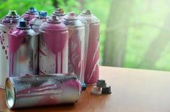 Viele benutzten Spraydosen der Farbennahaufnahme Schmutzige und geschmierte Dosen für zeichnende Graffiti Das Konzept eines ausge Stockbilder