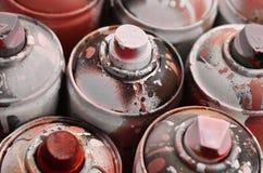 Viele benutzten Spraydosen der Farbennahaufnahme Schmutzige und geschmierte Dosen für zeichnende Graffiti Das Konzept eines ausge Lizenzfreie Stockbilder