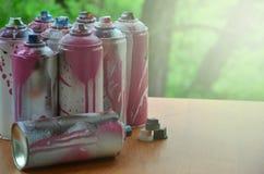 Viele benutzten Spraydosen der Farbennahaufnahme Schmutzige und geschmierte Dosen für zeichnende Graffiti Das Konzept eines ausge Stockfoto