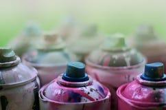Viele benutzten Spraydosen der Farbennahaufnahme Schmutzige und geschmierte Dosen für zeichnende Graffiti Das Konzept eines ausge Lizenzfreies Stockfoto