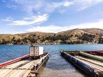 Viele bereisen Boote und Fähren im Hafen Lizenzfreies Stockfoto