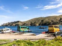 Viele bereisen Boote und Fähren im Hafen Stockfotografie