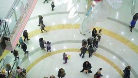 Viele beschäftigten Leute, die hetzen, um Weihnachtsgeschenke, Einkaufszentrumatmosphäre zu kaufen stock footage