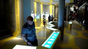 Viele Besucher im Seevasa-Museum in Stockholm Transportwagenschuß stock video