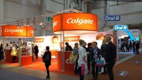 Viele Besucher um die Stände Colgate und Mundzahnmedizinische Ausstellung b stock footage