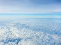 Viele bewölken sich im blauen Himmel Stockfotografie