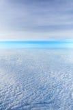 Viele bewölken sich im blauen Himmel Stockbilder