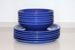 Viele blauen keramischen Teller auf dem Tisch Teller im Restaurant lizenzfreie stockfotos