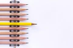 Viele Bleistifte sind gesetzte geordnete Welle auf dem Papiernotizbuch Stockbilder