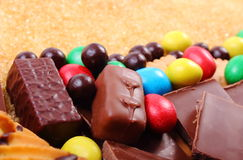 Viele Bonbons und brauner Zucker des Stocks, ungesundes Lebensmittel Stockbild