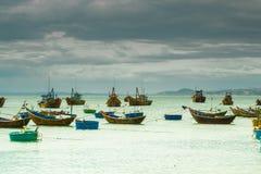 Viele Boote auf dem Meer, fischend im Fischdorf, mui Ne, Vietnam Lizenzfreies Stockfoto