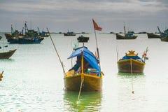 Viele Boote auf dem Meer, fischend im Fischdorf, mui Ne, Vietnam Stockbilder