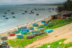 Viele Boote auf dem Meer, fischend im Fischdorf, mui Ne, Vietnam Lizenzfreie Stockfotos