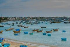 Viele Boote auf dem Meer, fischend im Fischdorf, mui Ne, Vietnam Lizenzfreie Stockbilder