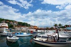 Viele Boote in einem Jachthafen Stockbilder