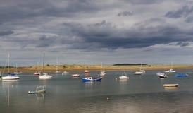 Viele Boote im Hafen am bewölkten Tag Lizenzfreie Stockbilder